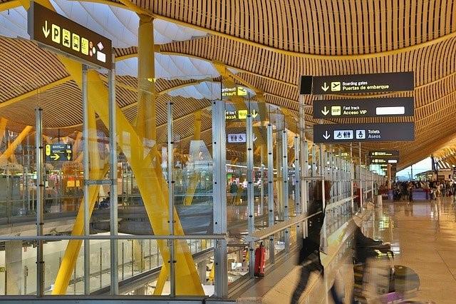 Flughafenhalle am Abend mit Passagieren