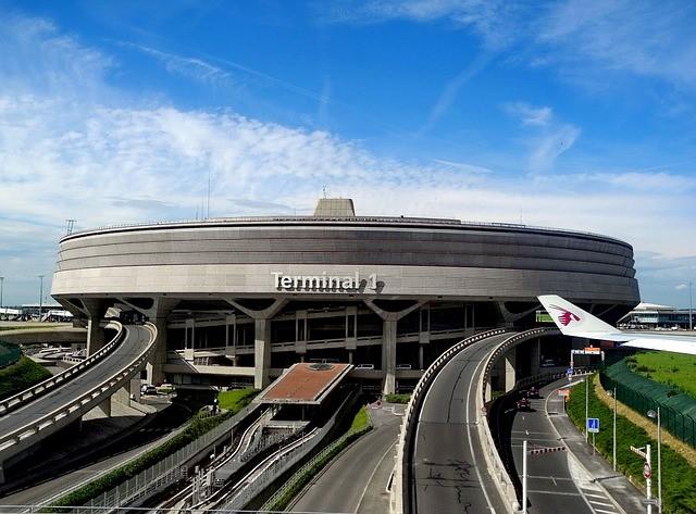 Flughafenterminal mit Zufahrtsstraße