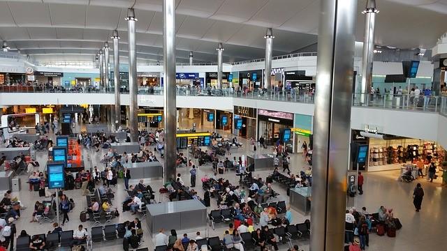 Flughafenwartehalle mit Passagieren die auf Ihre Flüge warten
