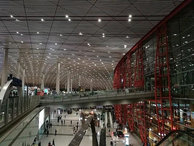 Inneninterieur im Flughafen Beijing Daxing bei Nacht