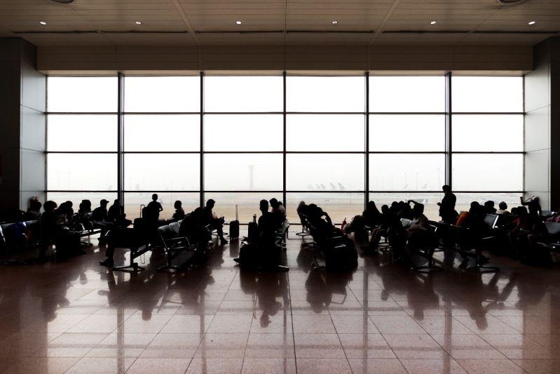 Passagiere am Gate warten auf Ihren Flug