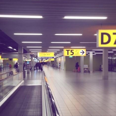 Reisende im Flughafen auf dem Weg zur Ihren Gates
