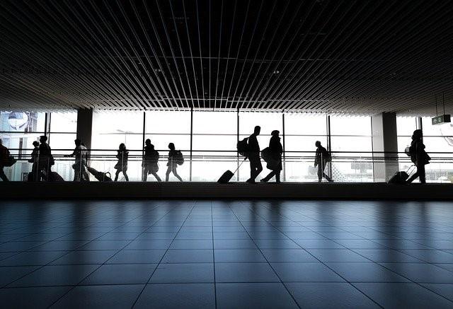 Menschen im Gang zu den Flughafen-Terminals