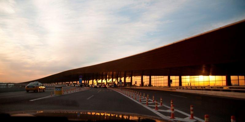 Zufahrtsstraße zum größten Flughafen der Welt Beijing Daxing