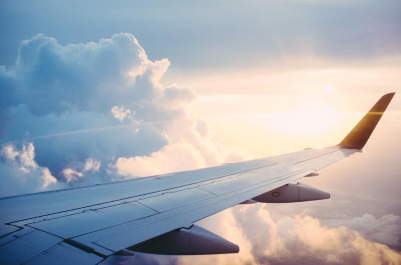 asas de um avião no céu